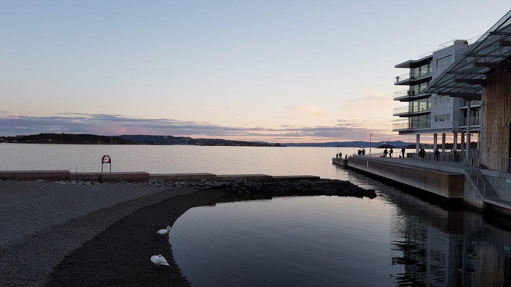Večerná prechádzka pri múzeu moderného umenia, Oslo