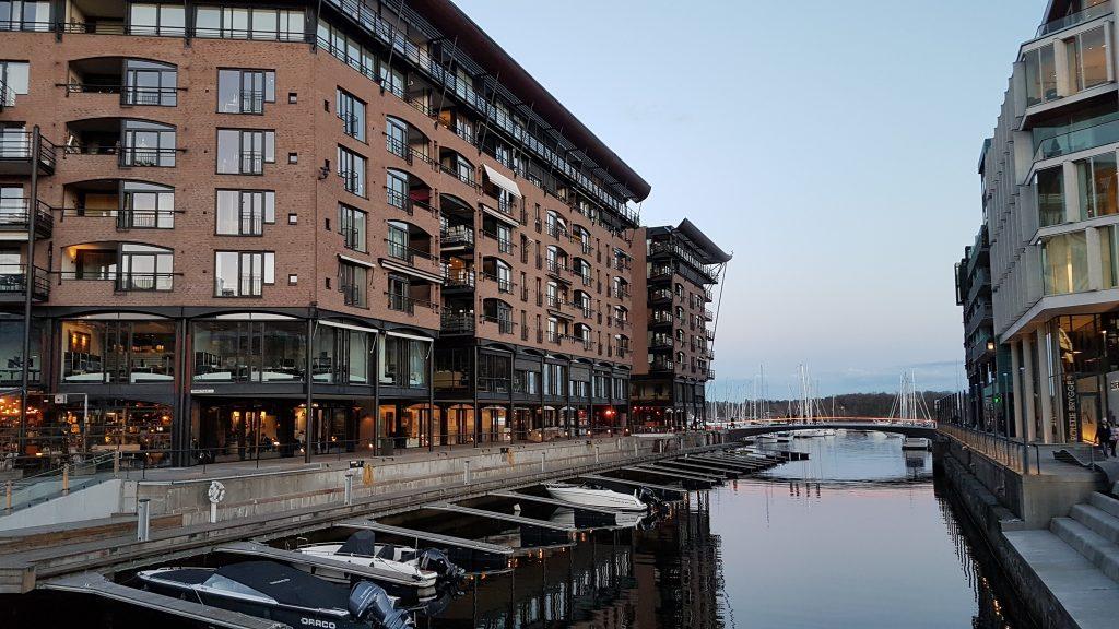 Večer vo štvrti Aker Brygge, Oslo