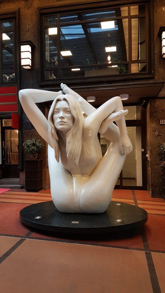 Sphinx - socha modelky Kate Moss, Oslo