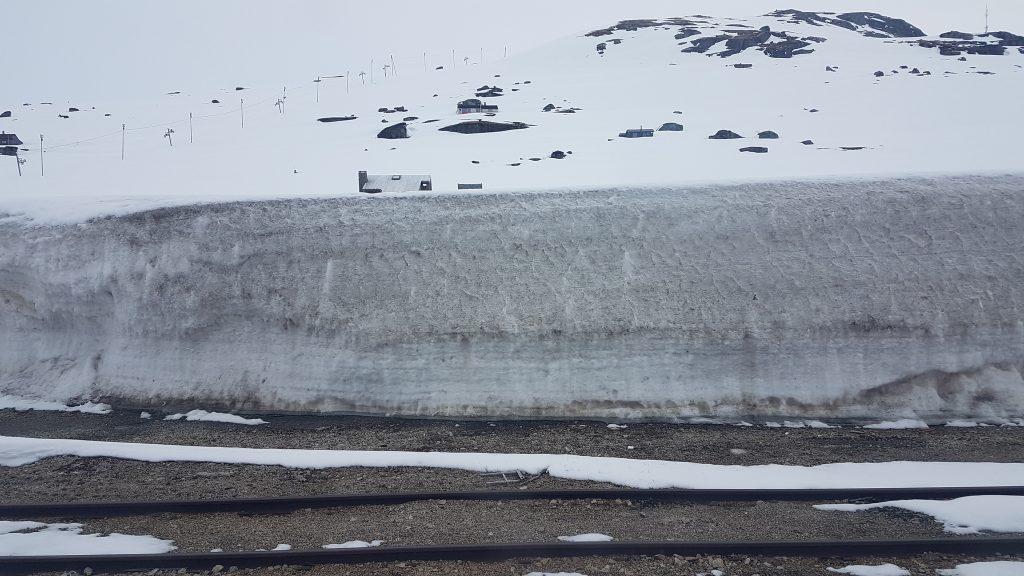 Snehové záveje v polovici cesty medzi Oslom a Bergenom
