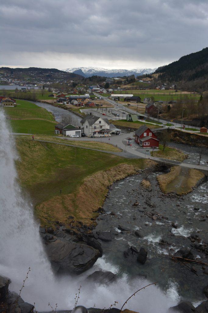 Spoza vodopádu Steinsdalsfossen