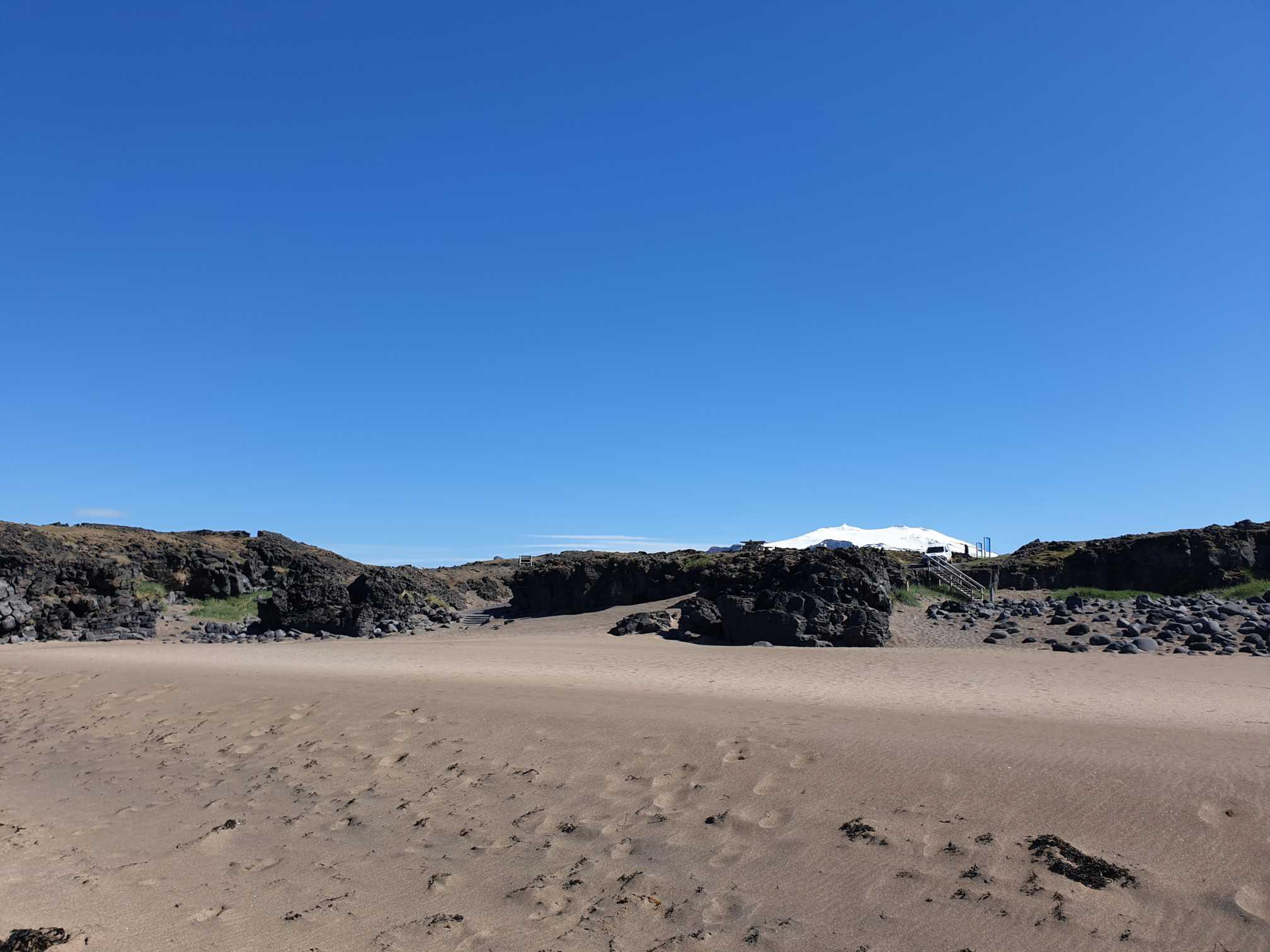 od pláže vidieť vulkán Snæfellsjökull