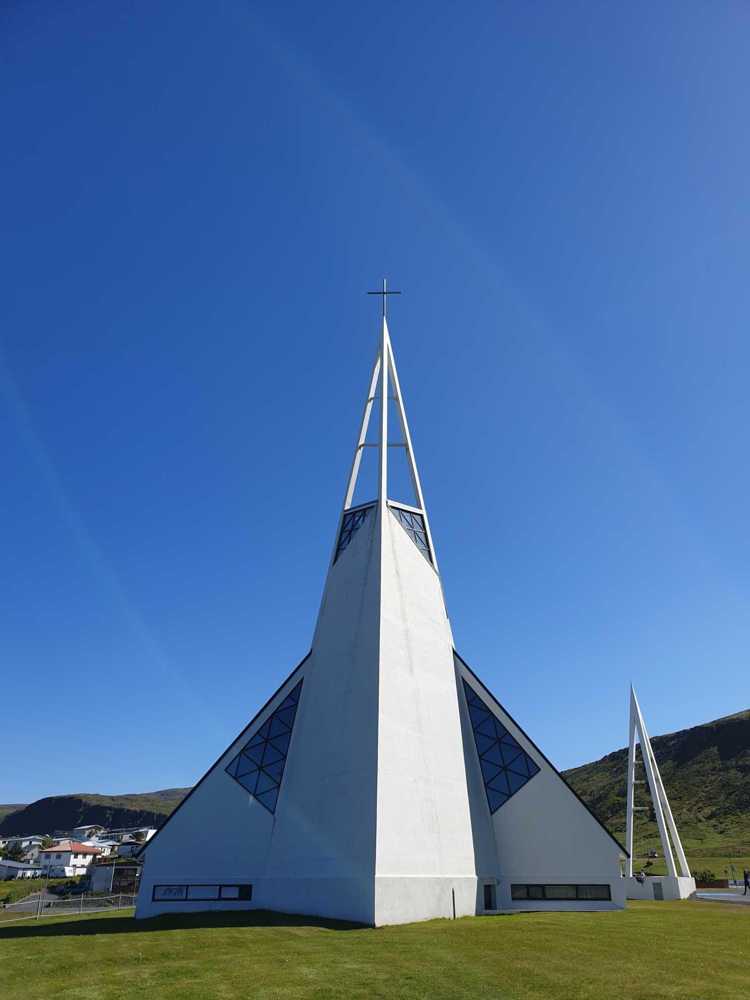 moderný kostolík Ólafsvíkurkirkja