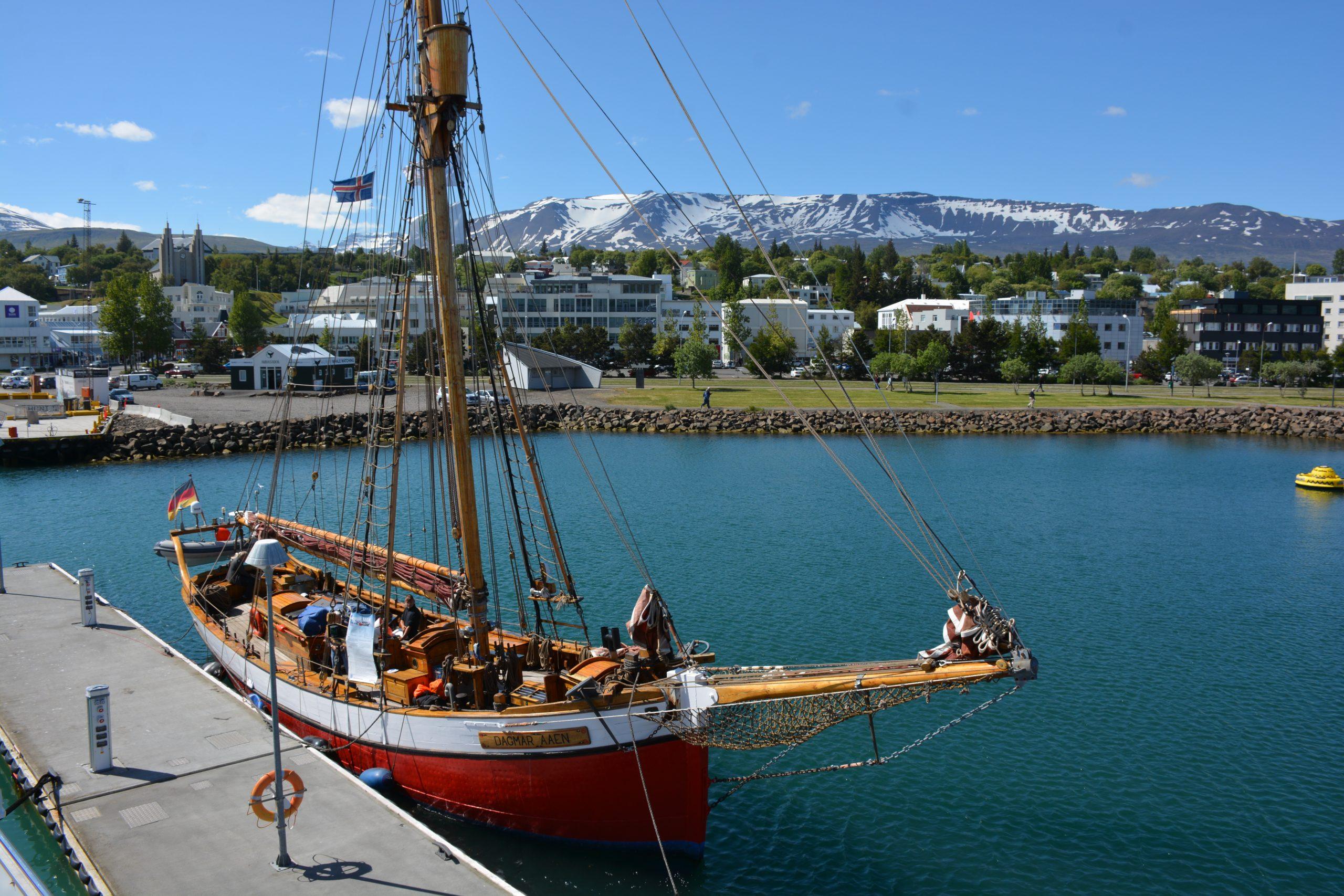 Výhľad na kostol Akureyrarkirkja z prístavu