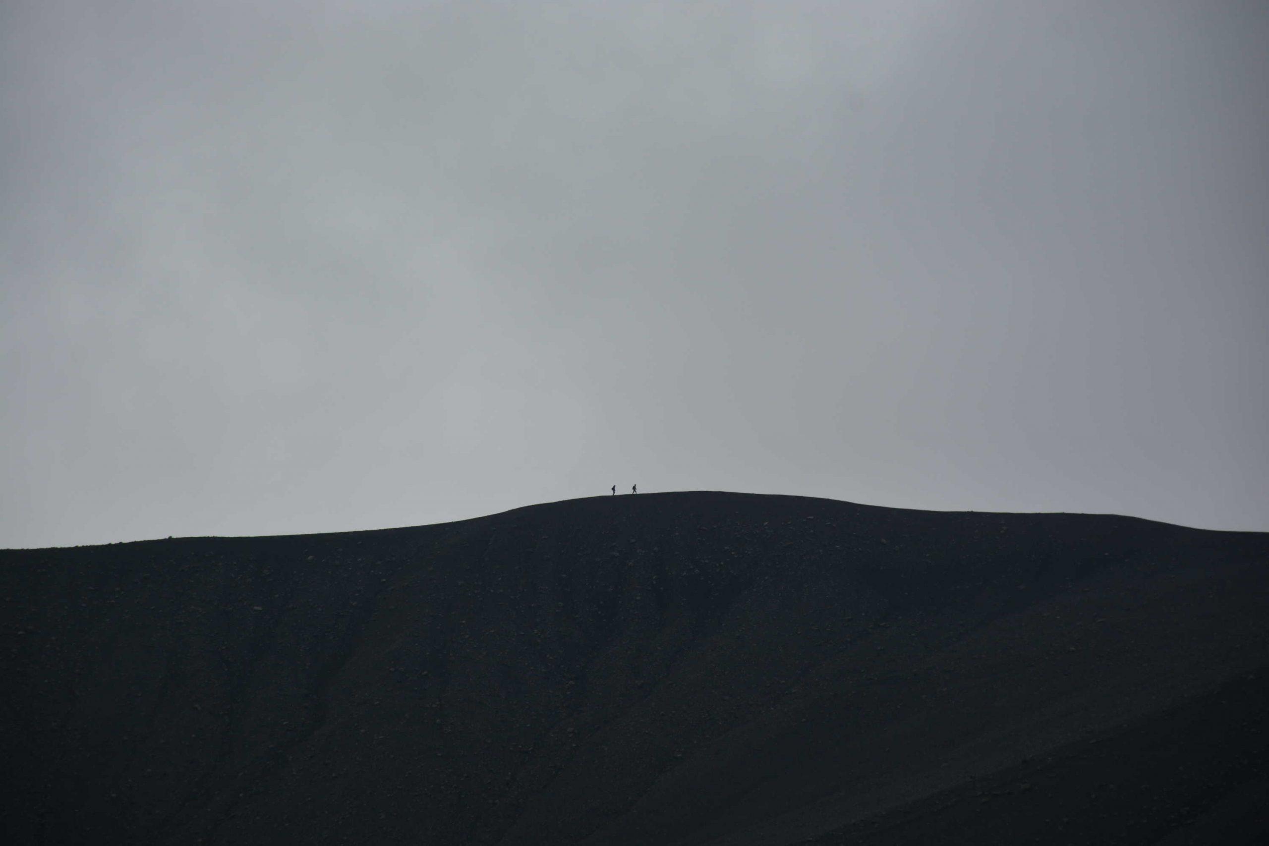 ľudia na opačnej strane krátera